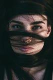 Ζάλη της αισθησιακής γυναίκας με τα λαμπερά μάτια Στοκ φωτογραφία με δικαίωμα ελεύθερης χρήσης