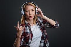 Ζάλη της θετικής γυναίκας που απολαμβάνει το playlist της Στοκ φωτογραφίες με δικαίωμα ελεύθερης χρήσης