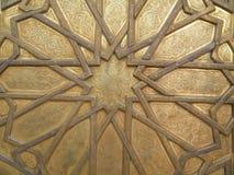 Ζάλη του μαροκινού σχεδίου της πόρτας ορείχαλκου της Royal Palace στο Fez, Μαρόκο Στοκ εικόνα με δικαίωμα ελεύθερης χρήσης