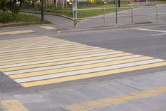 Ζέβες για τους πεζούς πέρασμα τρόπων περιπάτων κυκλοφορίας στο δρόμο Στοκ Φωτογραφία