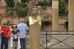 Ζήστε άγαλμα αιγυπτιακού Pharaoh στο κέντρο της Ρώμης που περιβάλλεται από τους ευτυχείς και εύθυμους τουρίστες, στις 7 Οκτωβρίου στοκ εικόνα