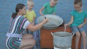 Ζήστε αστακοί που πιάνονται στον ποταμό είναι μαγειρευμένος στο τηγάνι αργιλίου arge σε υπαίθριο Η γυναίκα βάζει τον άνηθο στην κ φιλμ μικρού μήκους
