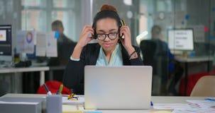 Ζήστε θηλυκή τοποθέτηση συμβούλων βοήθειας στα ακουστικά απόθεμα βίντεο