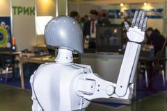 Ζήστε και ενδιαφέρουσα επικοινωνία μεταξύ ενός προσώπου και ενός ρομπότ στοκ φωτογραφίες