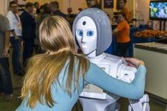 Ζήστε και ενδιαφέρουσα επικοινωνία μεταξύ ενός προσώπου και ενός ρομπότ στοκ εικόνες με δικαίωμα ελεύθερης χρήσης