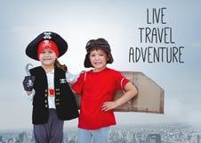 Ζήστε κείμενο περιπέτειας ταξιδιού με τα παιδιά στον πειρατή και τα πειραματικά κοστούμια πέρα από την πόλη Στοκ φωτογραφία με δικαίωμα ελεύθερης χρήσης