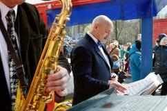 Ζήστε μουσικοί για το audienc Στοκ φωτογραφία με δικαίωμα ελεύθερης χρήσης