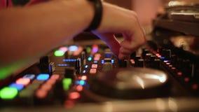 Ζήστε παρουσιάζει, ακουστικός αναμίκτης Χέρια του DJ Disco και λεσχών που αναμιγνύουν τη νύχτα το κόμμα λεσχών κλείστε επάνω απόθεμα βίντεο