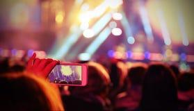 ζήστε συναυλία και μαγνητοσκόπηση νέων κοριτσιών ένα σύντομο βίντεο με το εκλεκτής ποιότητας ε στοκ εικόνες