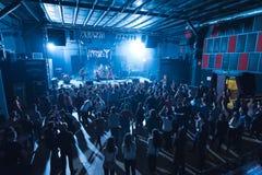 Ζήστε συναυλία σε μια μεγάλη λέσχη στοκ εικόνες