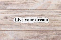 Ζήστε το όνειρό σας της λέξης σε χαρτί Έννοια Λέξεις ζωντανού το όνειρό σας σε ένα ξύλινο υπόβαθρο στοκ φωτογραφίες