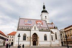 ΖΑΓΚΡΕΜΠ, ΚΡΟΑΤΙΑ - 11 ΑΠΡΙΛΊΟΥ 2017: Οι τουρίστες και οι ντόπιοι συλλέγουν γύρω από τη διάσημη εκκλησία σημαδιών του ST κάτω από Στοκ εικόνα με δικαίωμα ελεύθερης χρήσης