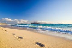 Ζαλίζοντας άποψη πρωινού των νησιών Lobos και Lanzarote που βλέπουν από την παραλία Grandes Playas de Corralejo Corralejo σε Fuer Στοκ εικόνα με δικαίωμα ελεύθερης χρήσης