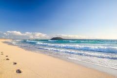 Ζαλίζοντας άποψη πρωινού των νησιών Lobos και Lanzarote που βλέπουν από την παραλία Grandes Playas de Corralejo Corralejo σε Fuer Στοκ Φωτογραφίες