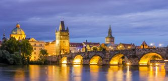 Ζαλίζοντας άποψη της γέφυρας του Charles στο σούρουπο, Πράγα, Δημοκρατία της Τσεχίας Στοκ εικόνα με δικαίωμα ελεύθερης χρήσης
