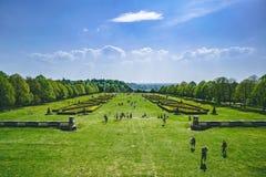 Ζαλίζοντας άποψη του αγγλικών κήπου και της επαρχίας την άνοιξη Πέρα από την πράσινη χλόη με το μπλε ουρανό στοκ εικόνα