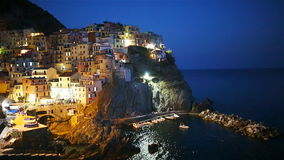 Ζαλίζοντας άποψη του όμορφου και άνετου χωριού Manarola στην επιφύλαξη Cinque Terre στο ηλιοβασίλεμα Περιοχή της Λιγυρίας φιλμ μικρού μήκους