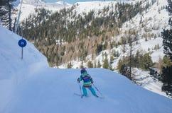 Ζαλίζοντας άποψη των βουνών και του σκιέρ παιδιών στο χιονοδρομικό κέντρο Obertauern στοκ φωτογραφίες με δικαίωμα ελεύθερης χρήσης