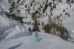 Ζαλίζοντας άποψη των βουνών και του σκιέρ παιδιών στο χιονοδρομικό κέντρο Obertauern στοκ φωτογραφία
