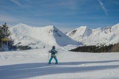 Ζαλίζοντας άποψη των βουνών και του σκιέρ παιδιών στο χιονοδρομικό κέντρο Obertauern στοκ φωτογραφία με δικαίωμα ελεύθερης χρήσης