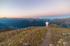 Ζαλίζοντας ανατολή προσοχής γυναικών πέρα από τις κοιλάδες, τις κορυφογραμμές και τις αιχμές βουνών Ευρεία άποψη γωνίας από 3000  στοκ εικόνα με δικαίωμα ελεύθερης χρήσης
