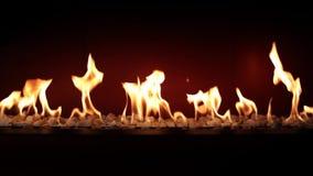 Ζαλίζοντας ατμόσφαιρα που ικανοποιεί καλό στενό επάνω στο κάψιμο ξυλάνθρακα αργό με την πορτοκαλιά φλόγα πυρκαγιάς στην άνετη εστ απόθεμα βίντεο