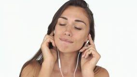 Ζαλίζοντας γυναίκα με βαθιά - τα πράσινα μάτια και μακρυμάλλης ακούνε τη μουσική και χορεύουν απόθεμα βίντεο
