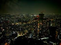 Ζαλίζοντας ελαφριά σκηνή νύχτας της misty βρέχοντας μητρόπολης του Τόκιο μέσα Στοκ Εικόνες