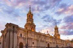 Ζαλίζοντας ζωηρόχρωμοι ουρανός και σύννεφα στο σούρουπο σε Arequipa, το διάσημο προορισμό ταξιδιού και το ορόσημο στο Περού Ευρεί Στοκ φωτογραφίες με δικαίωμα ελεύθερης χρήσης