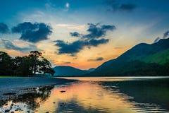 Ζαλίζοντας ζωηρόχρωμο σούρουπο στη λίμνη περιοχής, UK Στοκ εικόνα με δικαίωμα ελεύθερης χρήσης