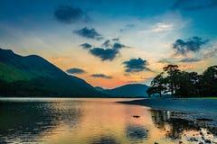 Ζαλίζοντας ζωηρόχρωμο σούρουπο στη λίμνη περιοχής, UK Στοκ φωτογραφία με δικαίωμα ελεύθερης χρήσης