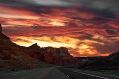Ζαλίζοντας ηλιοβασίλεμα ερήμων στο εθνικό πάρκο αψίδων στοκ εικόνα