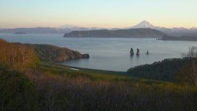 Ζαλίζοντας θερινό τοπίο του Pacific Coast Kamchatka της περιοχής απόθεμα βίντεο