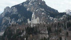 Ζαλίζοντας κάστρο Neuschwanstein με ένα βουνό στο υπόβαθρο, 4k απόθεμα βίντεο