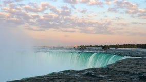 Ζαλίζοντας καταρράκτης πτώσεων Niagara και ζωηρόχρωμος ουρανός στην αυγή φιλμ μικρού μήκους