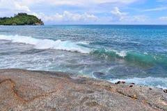 Ζαλίζοντας κύματα Ινδικού Ωκεανού στις παραλίες στο νησί Σεϋχέλλες παραδείσου στοκ φωτογραφία