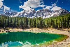 Ζαλίζοντας λίμνη Carezza βουνών στους δολομίτες, Ιταλία Στοκ Εικόνες