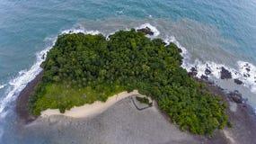 Ζαλίζοντας νησί από την ακτή Koh Chang, Ταϊλάνδη στοκ εικόνες