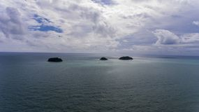Ζαλίζοντας νησιά από την ακτή Koh Chang, Ταϊλάνδη στοκ εικόνες