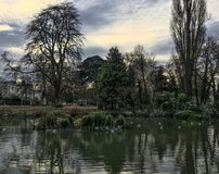 Ζαλίζοντας ουρανός βραδιού πέρα από τη λίμνη στο πάρκο Pittville σε Cheltenham Στοκ φωτογραφία με δικαίωμα ελεύθερης χρήσης