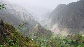 Ζαλίζοντας πανόραμα της κορυφογραμμής βουνών Verdant κοιλάδα xo-Xo στο Πράσινο Ακρωτήριο νησιών Santo Antao 4K βίντεο απόθεμα βίντεο