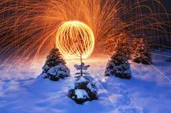 Ζαλίζοντας παρουσίαση φωτισμού σε χιονώδη στοκ εικόνα