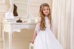 Ζαλίζοντας πρότυπο νέων κοριτσιών ομορφιάς στο άσπρο φόρεμα κοινωνίας Στοκ Φωτογραφίες