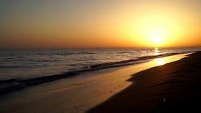 Ζαλίζοντας πυροβολισμός οριζόντων ηλιοβασιλέματος βραδιού χρονικού σφάλματος της ηρεμίας που ικανοποιεί τα κύματα που συντρίβουν  φιλμ μικρού μήκους
