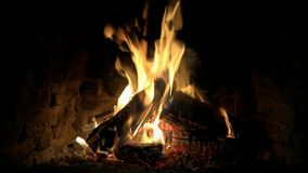 Ζαλίζοντας τον καλό ικανοποιώντας άνετο ήρεμο 4k κοντά επάνω βρόχο που πυροβολείται του ξύλινου καψίματος φλογών πυρκαγιάς αργά σ φιλμ μικρού μήκους