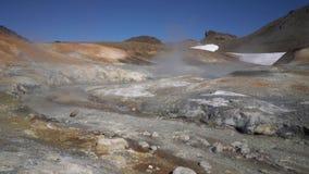 Ζαλίζοντας τοπίο ηφαιστείων, καυτά ελατήρια που περιβάλλονται από τις ενεργές ατμίδες φιλμ μικρού μήκους