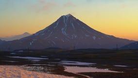 Ζαλίζοντας τοπίο ηφαιστείων πρωινού της χερσονήσου Καμτσάτκα στην ανατολή Χρονικό σφάλμα φιλμ μικρού μήκους