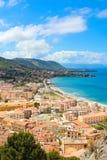 Ζαλίζοντας τοπίο της παράκτιας πόλης Cefalu στην όμορφη Σικελία που συλλαμβάνεται σε μια κάθετη εικόνα Λήφθείτε από τους παρακείμ στοκ εικόνες