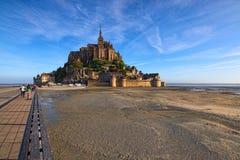 Ζαλίζοντας τοπίο Mont Saint-Michel Άποψη πρωινού άνοιξη του καταπληκτικού αβαείου Mont Saint-Michel Γαλλία Νορμανδία στοκ εικόνες