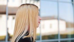 Ζαλίζοντας τους νέους περιπάτους γυναικών κατ' ευθείαν κατά μήκος του τοίχου καθρεφτών έξω απόθεμα βίντεο